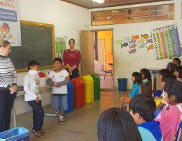 Crianças indígenas aprendem sobre a separação de materiais recicláveis