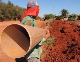 REDE DE ESGOTO – Comunidade do Vetorasso e Verde Teto recebe obra de saneamento